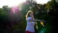 girl makes big bubbles video
