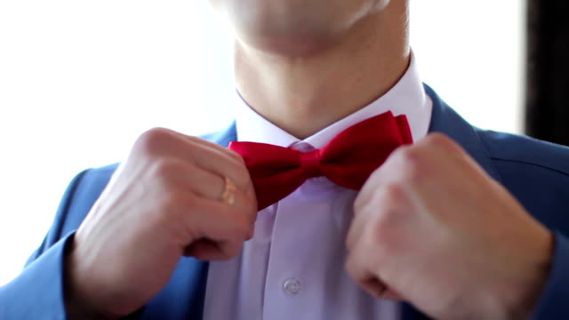 groom adjusting his bow video