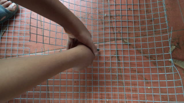 Hand cutting steel wire mesh video