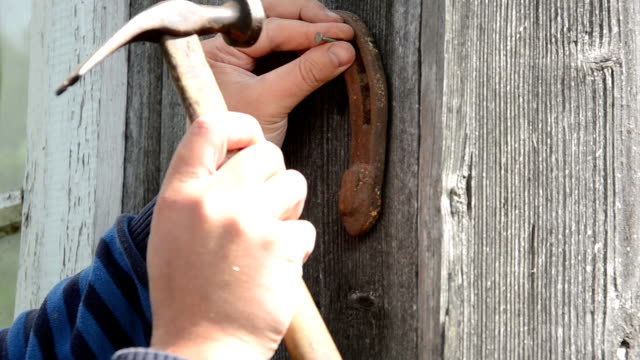 hand hammer horse shoe video