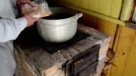 hand pour pea steel pot stand retro brick stove video
