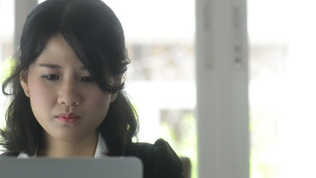 HD:Business woman thinking for work video