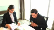 HD:Businesspeople have a meeting in the office. video