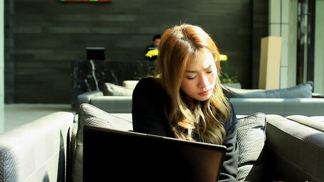 HD:Businesswoman working outdoor with notebook. video