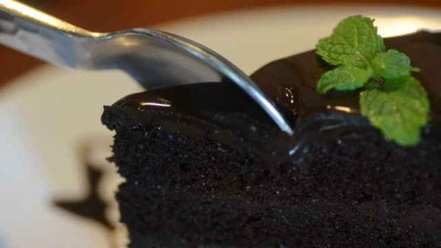 HD:chocolate cake cutting video