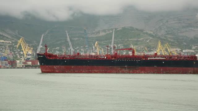huge tanker enters the port video