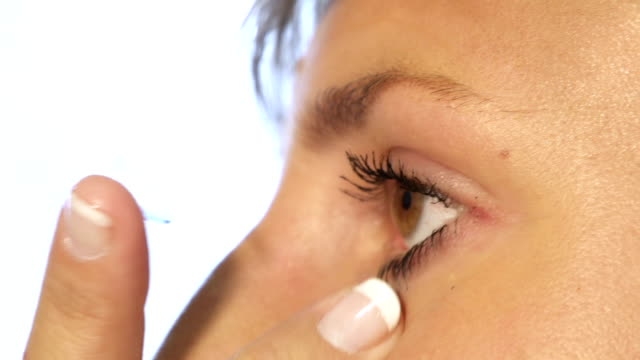 Inserting contact lense video
