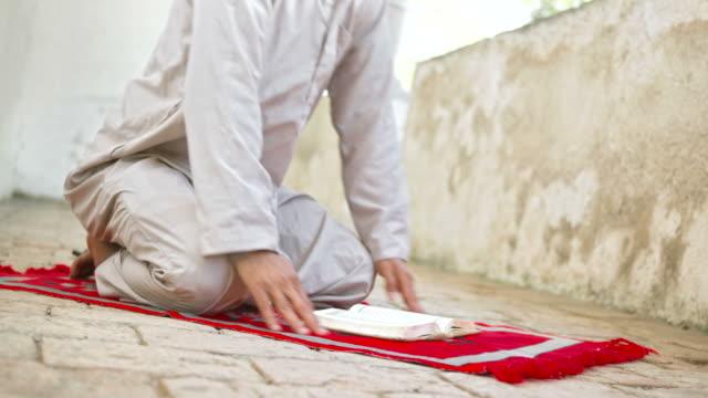HD: Islamic Man Doing Sujud video