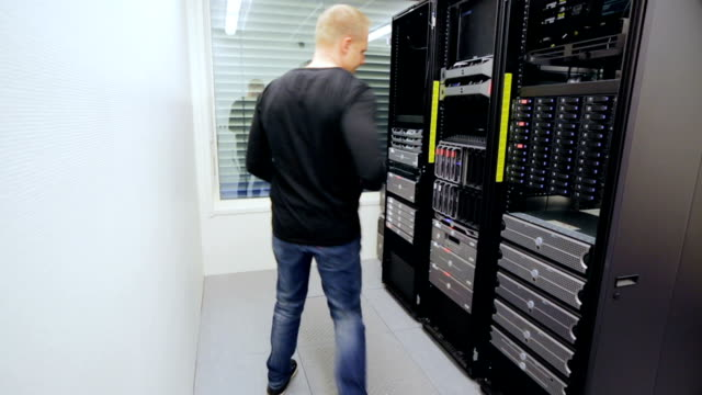It consultant install blade server in datacenter video