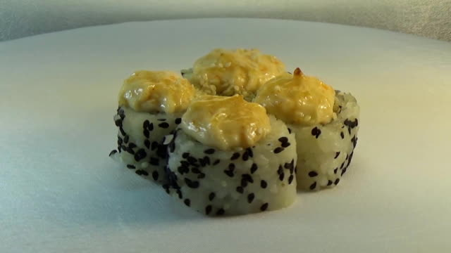 Japanese roll with sesame seeds, mussels and lettuce video