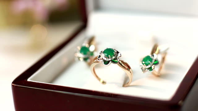 Jewelry set with emerald video