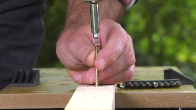 laying a wood screw with an electric screwdriver video