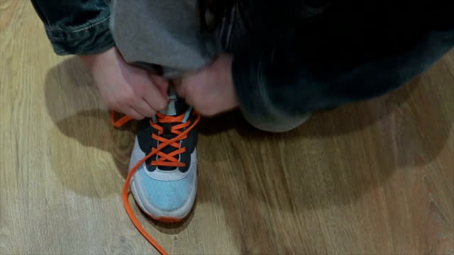 learning to binding shoelaces video