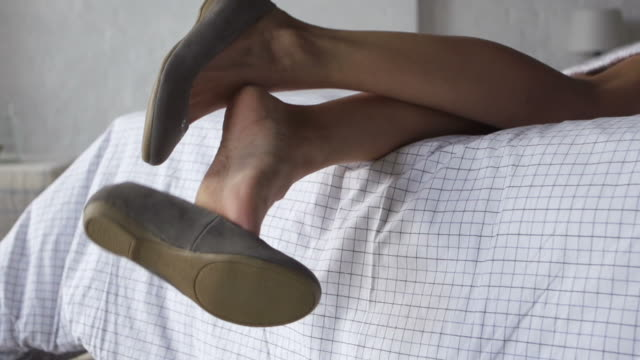 Lifestyle shoes off     RE video