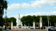 London Victoria Monument At The End Of The Mall video