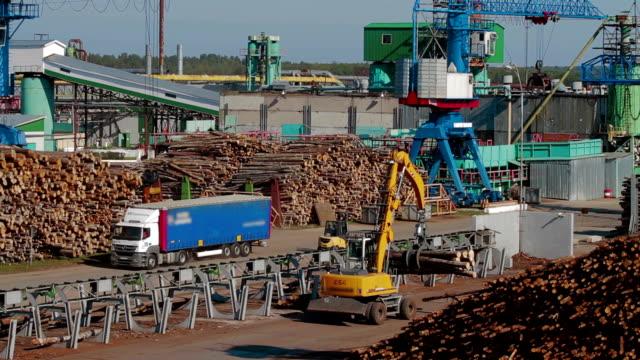 HEAVY EQUIPMENT TRUCK PICKER Lumber industry video