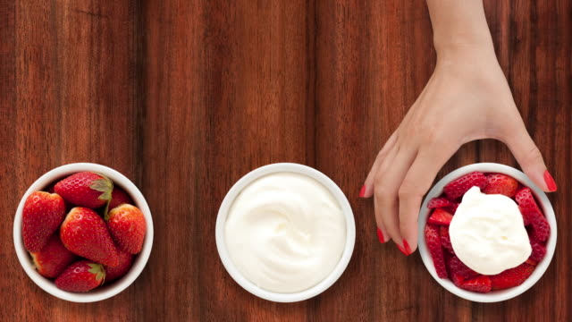 Making strawberries with cream video