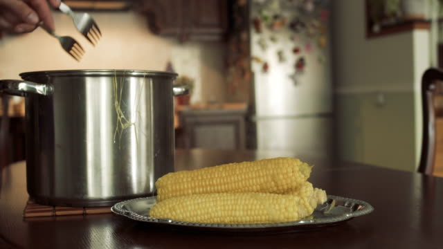 Man get cooked corn from the pan video