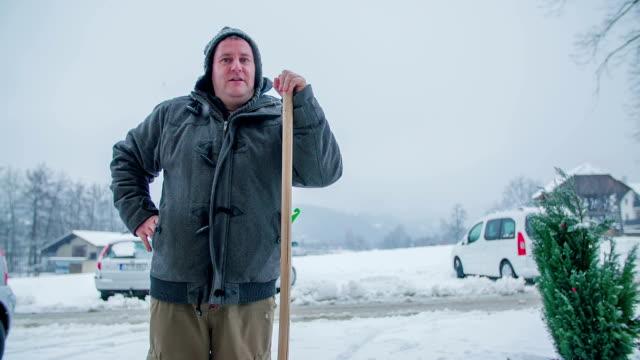 Man starting to shovelling snow video