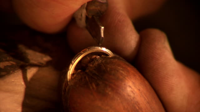 Master goldsmith etches a gold band video