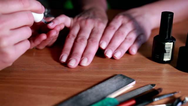 Master making manicure video