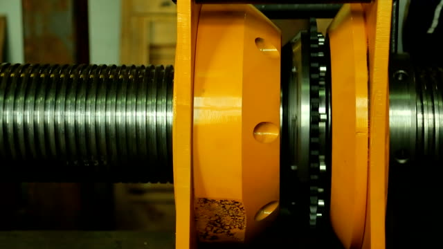 Mechanism for threading a long metal pipe, turns worker video
