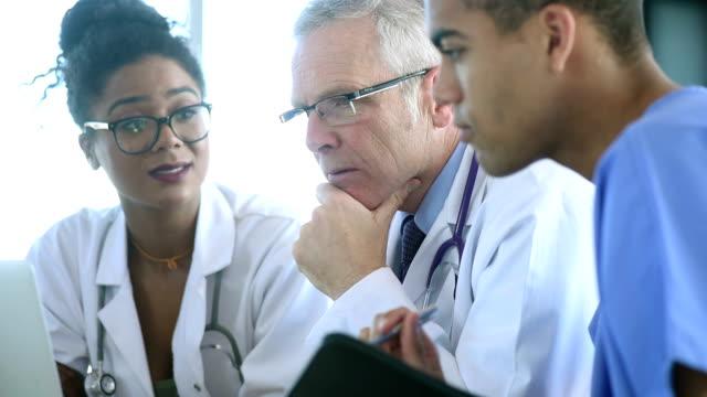 medical team meeting between doctors and nurse video