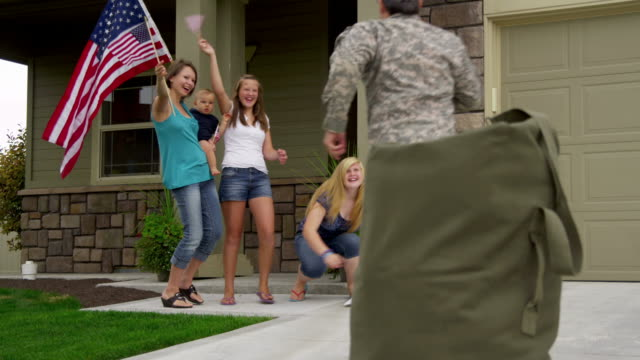 Military father returns home to family video
