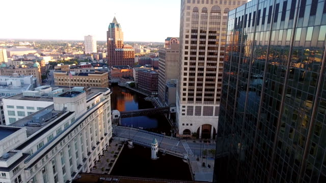 Milwaukee River architecture video