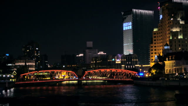 Move shooting view of River Boats on the Huangpu River and Waibaidu bridge in Puxi, Shanghai. video