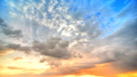 Déplacement des nuages au coucher du soleil (HDR - Vidéo