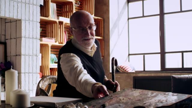 older artist seeks inspiration for new paintings video