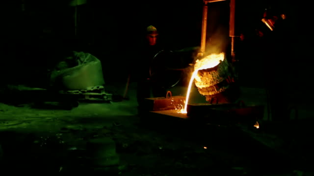 Рouring out of the melted metal in a form video