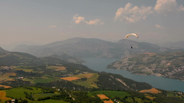 Paraglider gaining altitude Ubaye valley video