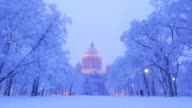 Park lanterns turn on, snowy winter panorama of Isaakievskiy Sobor video
