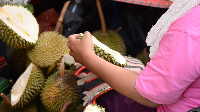 People Peel Durian video
