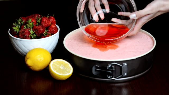 Pour cake strawberry jelly video