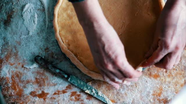 Preparing for baking apple pie video