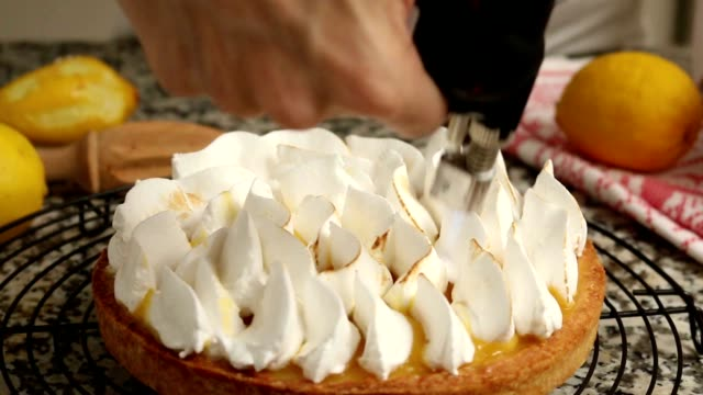 Preparing lemon meringue pie video