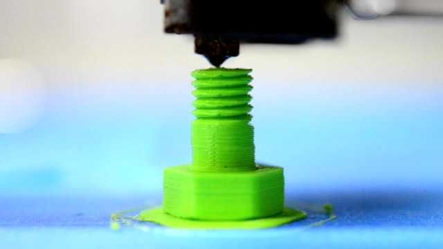 3D printer prints from the plastic figure in the form bolt video