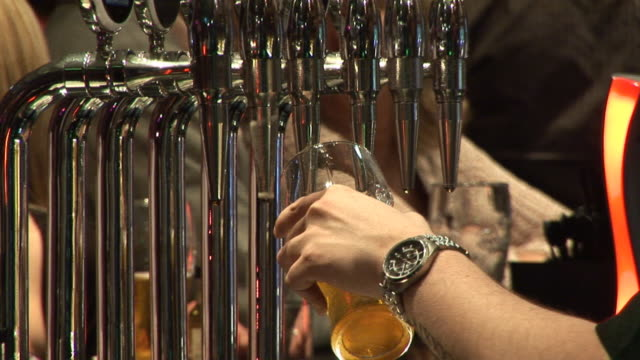 Pulling a pint of Beer - HD video
