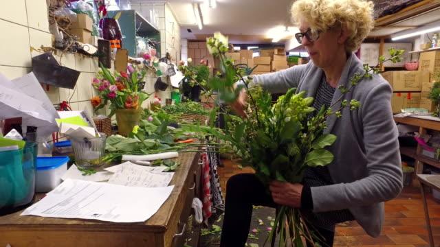 4K: Real life florist binding flowers video