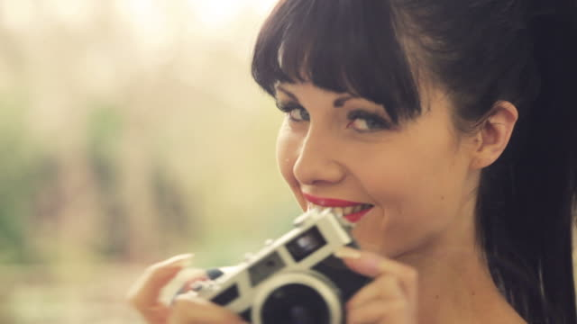Retro girl & camera        LI CO video