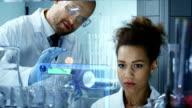 Scientifiques travaillant dans un laboratoire de recherche - Vidéo
