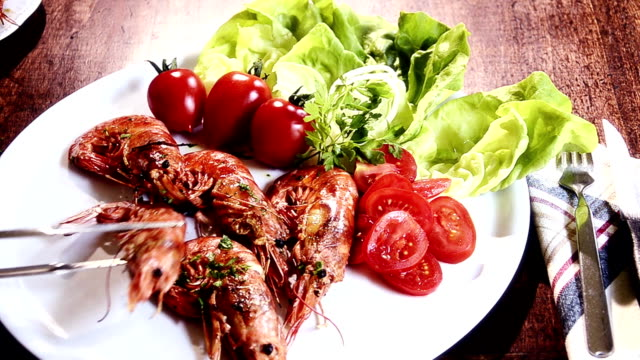 seafood, grilled prawns video