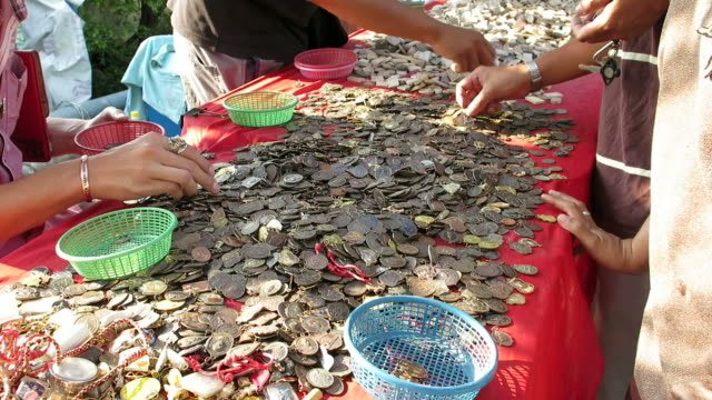 Selling and buying Buddhist amulets in Thailand video