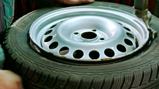 Set car tires on the rim of the service video