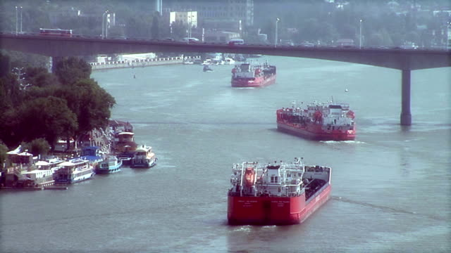 Ships on the river video