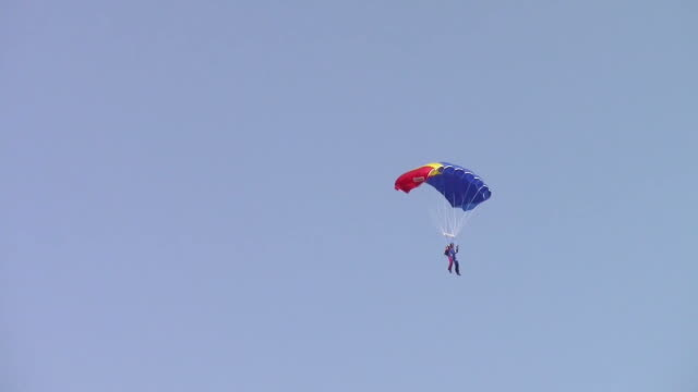 Skydiver trajectory while controlling his parachute on the way down video