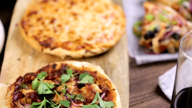 Small pizzas video